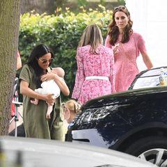 """10. Juli 2019  Welch große Überraschung: Meghan und Kate besuchen mit allen Kindern den """"Royal Charity Polo Tag"""" in Wokingham, um hier ihre Männer und Väter, die Brüder William und Harry spielen zu sehen."""
