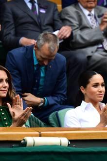13. Juli 2019  Zusammen mit Pippa Middleton teilen sich Kate und Meghan eine Reihe nahe dem Spielfeld und applaudieren den Tennis-Stars. Ab und zu reden und lachen sie miteinander.