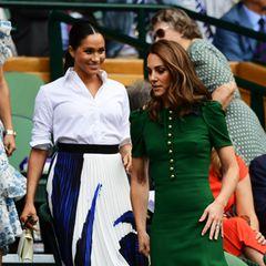 13. Juli 2019  Herzogin Meghan und Herzogin Catherine betreten zusammen die Royal Box in Wimbledon, um sich das finale Match vonSerena Williamsund Simona Halep anzugucken. Eingetroffen sind die zwei jedoch getrennt voneinander - Kate mit Schwester Pippa und Meghan ganz allein.