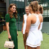Neu ist jedoch die Wahl ihrer Accessoires: Kate kombiniert zu dem grünen Kleid beigefarbene Accessoires. Ihre Handtasche stammt ebenfalls von Dolce & Gabbana, ihre Pumps sind vom Label Rupert Sanderson.