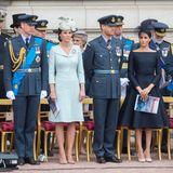 """10. Juli 2018  Bei der """"RAF 100 Zeremonie"""" zeigen sich Herzogin Catherine und Herzogin Meghan von ihrer seriös stilvollen Seite."""