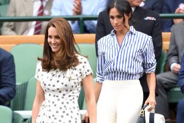 14. Juli 2018  Es ist das allererste Mal, dass Herzogin Catherine und Herzogin Meghan zu zweit unterwegs sind. Ohne William und Harry besuchen sie Wimbledon und nehmen ihre Plätze in der Royal Box ein - nebeneinander, versteht sich.