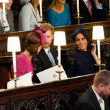 Auch wenn es vor der Kirche so aussieht, als würden Kate und Meghan kein Wort miteinander wechseln, sind die beiden gut aufeinander zu sprechen. Kurz bevor die Trauung losgeht, lachen sie noch mit Prinz Harry über gemeinsame Geschichten.