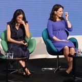 """28. Februar 2018  Herzogin Meghan und Herzogin Catherine scheinen sich prächtig zu verstehen und amüsieren sich köstlich auf der Bühne des """"Royal Foundation Forum""""."""