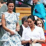 """Pippa Middleton ist für ihren guten Stil bekannt und zeigte sich 2019 in Wimbledon bereits in tollen Looks. Absolutes Highlight ist aber das """"Ruflette Sleeveless Midi Dress"""" von Anna Mason (ca. 817 Euro), das sie bei ihrem gemeinsamen Auftritt mit ihrer Schwester, Herzogin Catherine, und ihrer Schwippschwägerin, Herzogin Meghan, trägt. Das Kleid besticht durch verspielte, feminine Volants und einen floralen Print in Blautönen."""