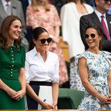 Was für ein hübsches Trio: Zum Damen-Finale in Wimbledon treten Herzogin Catherine, Herzogin Meghan und Pippa Middleton das erste mal zu dritt auf. Alle drei tragen tolle Outfits - doch weder Kate, noch Meghan können mit Pippas Look mithalten ...