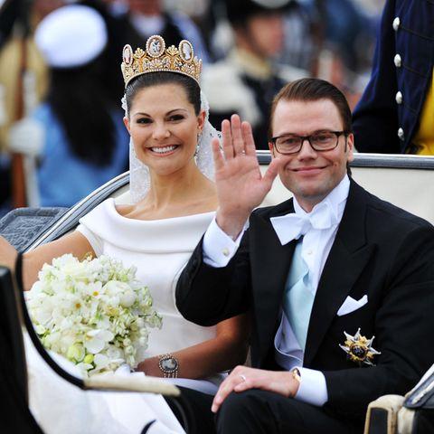 19. Juni 2010  Traumhochzeit in Schweden! Währendeiner romantischen Zeremonie in der Schlosskirche von Stockholm geben sich Victoria und Daniel das Jawort. Anschließend geht es für sie in der Kutsche durch die Stadt.