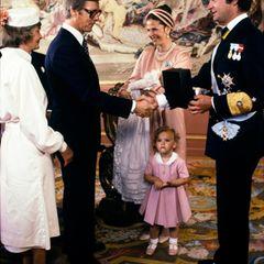 31. August 1979  Seit dem 13. Mai ist Prinzessin Victoria nicht mehr das Nesthäkchen der Familie. Sie hat einen Bruder bekommen, der jetzt - so wie sie vor zwei Jahren - getauft wird. Auch Prinz Carl Philip trägt dabei das traditionelle Taufkleid der Schweden-Royals.