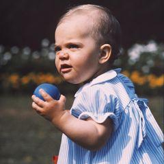 14. Juli 1978  Prinzessin Victoria feiert ihren ersten Geburstag und lässt sich beim Ballspielen von ihrem Vater, König Carl Gustaf, ablichten.