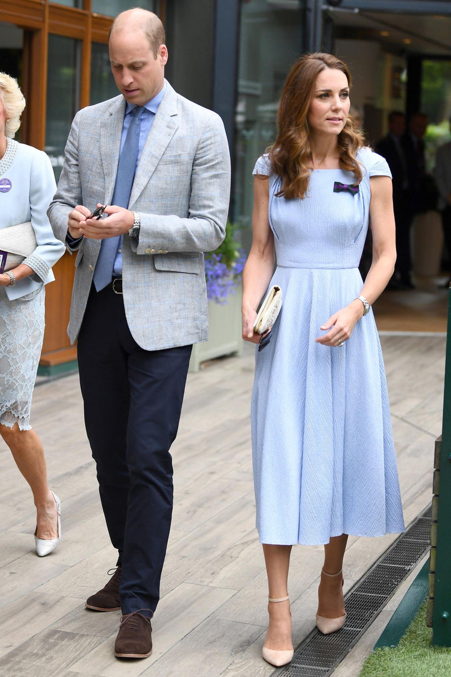 Zum Herren-Finale kommt Herzogin Catherine gemeinsam mit ihrem Ehemann, Prinz William. Das Paar scheint sich farblich aufeinander abgestimmt zu haben - William trägt ein hellblaues Hemd, das perfekt zu Kates Kleid passt. Zu ihrem hellblauen Midi-Kleid mit eleganten Raffungen und einer schönen Taille, kombiniert Catherine helle Accessoires.