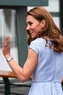 Finale in Wimbledon: Herzogin Catherine besucht am Sonntag, den 14. Juli, das Herren-Finale des Tennis-Turniers und trägt zu diesem Anlass ein sommerliches, hellblaues Kleid ...