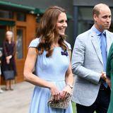 Zu ihrem hellblauen Midi-Kleid mit eleganten Raffungen und einer schönen Taille, kombiniert Catherine beigefarbene Pumps und eine Spitzen-Clutch.