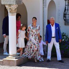 Prinzessin Victoria tritt zusammen mit ihrer Familie aus dem Eingang des Schlosses Solliden heraus und strahlt ihren Geburtstagsgästen entgegen. Heute feiert sie ihren 42. Ehrentag.
