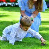 Prinz Oscar hat hingegen eine andere Beschäftigung gefunden. Er spielt mit seinen Modell-Treckern auf dem Rasen.