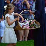 Beim Geschenke einsammeln taut Prinzessin Estelle endgültig auf. In einem Korb verstaut sie die Präsente für ihre Mutter. Blumen, Briefe, Karten - Victoria darf sich über hübsche Kleinigkeiten freuen.