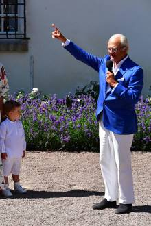 Aber das muss ja auch niemand. Schließlich kommt Prinzessin Victoria an jedem 14. Juli pünktlich auf den Hof. Ihr Vater, König Carl Gustaf, eröffnet die Feierlichkeit anschließend mit einer Rede.