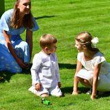 Prinzessin Estelle kann sich kurz von all den hübschen Geschenken lösen und läuft über die Wiese zu ihrem Bruder.