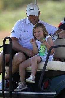 14. Juli 2019  Mike und Mia Tindall machen es sich da viel einfacher und springen aufs nächste Golfcart auf.