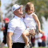 """14. Juli 2019  Mike Tindall nimmt am Charity-Golfturnier """"The Celebrity Cup"""" in Newport teil und hat seine Liebsten zum Anfeuern mitgebracht. Ganz besonders Mia freut sich über den Ausflug mit Papa, der sie von Abschlag zu Abschlag trägt."""