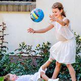 Der Spaß ist aber längst nicht vorbei! Prinz Oscar konnte sich von seinen Treckern lösen und möchte jetzt Ball mit seiner Schwester spielen. Diese ist sofort dabei und vergnügt sich prächtig.