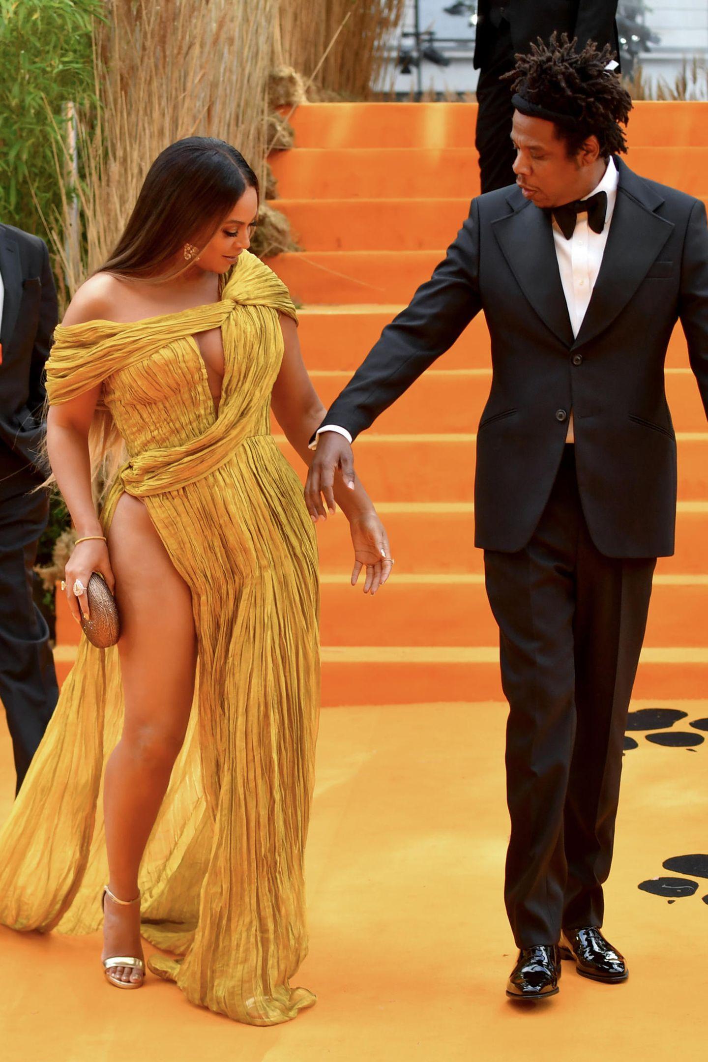 Die Sängerin zeigt an der Seite ihres Mannes Jay-Z viel Bein.