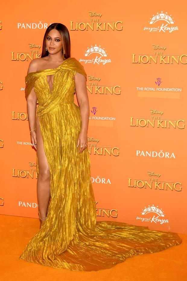 Beyoncé zeigt sich als Göttin in gold auf dem orangefarbenen Teppich. Ihr Kleid ist eine Sonderanfertigung von Cong Tri.