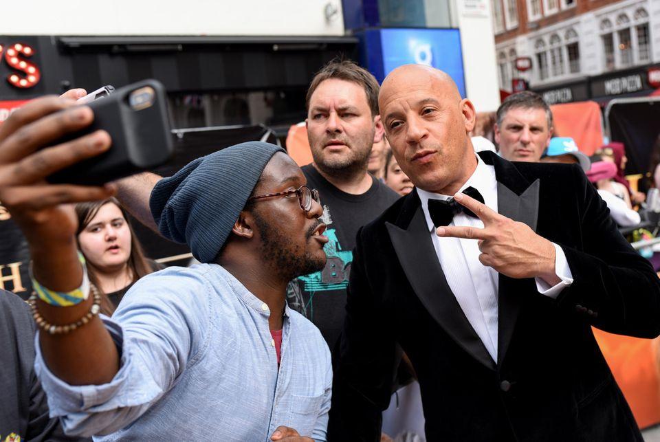 Vin Diesel nimmt sich Zeit für Fotos mit seinen Fans.