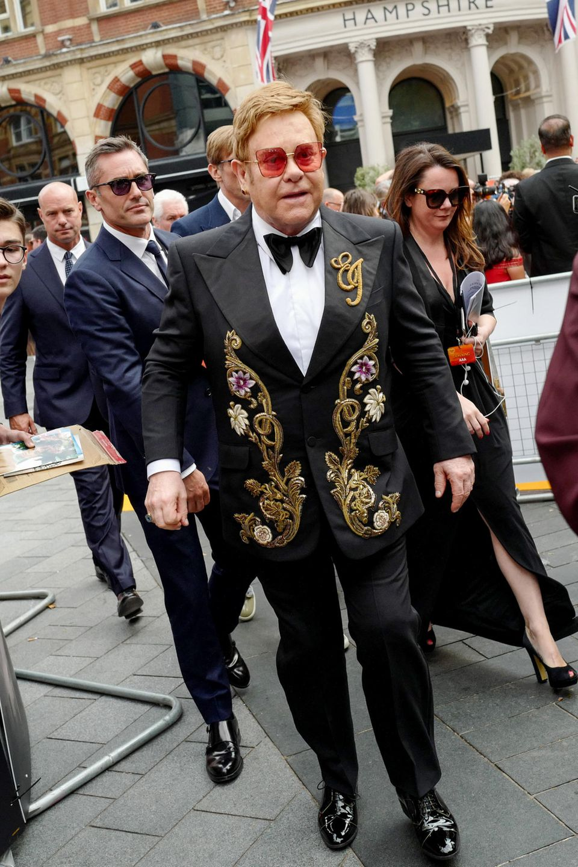 Elton John mit gewohnt knalliger Brille und aufwendig bestickter Weste.