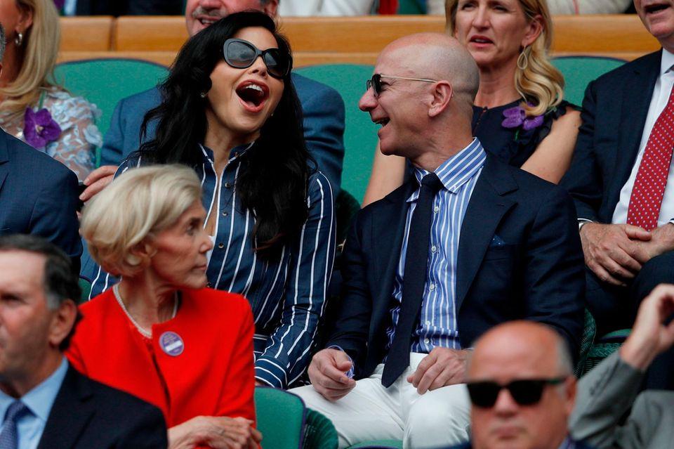 14. Juli 2019  Amazon-Chef Jeff Bezos sieht sich das Finale mit seiner FreundinLauren Sánchez an.