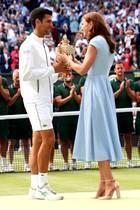 14. Juli 2019  Novak Djokovic heißt der Sieger des spannenden Wimbledon-Finales. Den Pokal bekommt der strahlende Gewinner von Herzogin Catherine überreicht.
