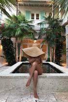 """""""Im Urlaubsmodus"""", kommentiert diese Schönheit ihren Schnappschuss von den Turks- und Caicosinseln. Versteckt unter einem XXL-Sonnenhut bleibt ihr Gesicht verhüllt – ganz anders verhält es sich aber mit dem Rest ihres Traumbodys. Denn diesen präsentiert sie vollkommen nackt. Lediglich ihre clever platzierten Arme und Beine verhindern einen allzu tiefen Einblick. Wer diese Badenixe ist? Unternehmerin und Mama Kylie Jenner!"""