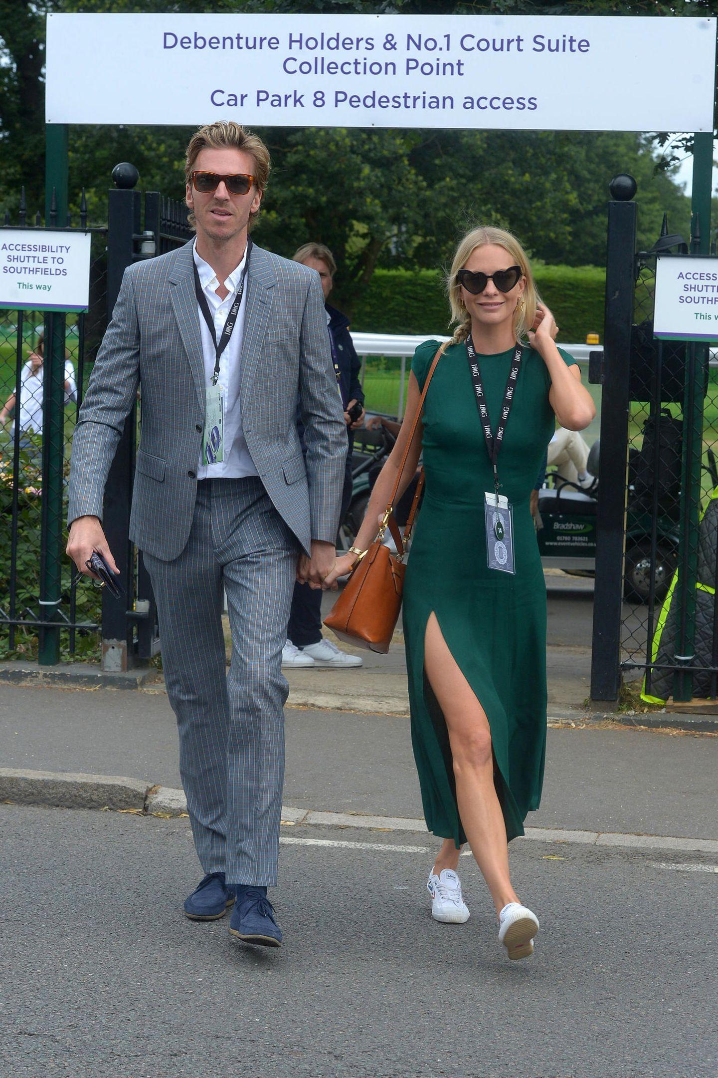 Ihre große Liebe zum Tennis zeigt Poppy Delevingne während des Herrenfinales in Wimbledon mit ihrer Sonnenbrille: Denn die schwarzen Gläser ihres Accessoires sind zu zwei Herzen geformt. Dazu kombiniert die 33-Jährige ein enges Shirtdress in flaschengrün, mit einer ganz besonderen Rückansicht ...