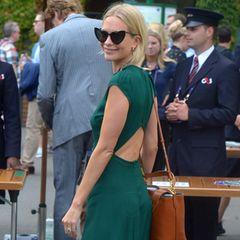 Denn ein Cut-out an Poppys Rücken sorgt für einen schönen Hingucker auf ihrem Weg zum Centre Court. Weiße Sneaker und eine brauneBeuteltasche runden den Look des Models ab.