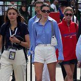 In Weiß und Blau hüllt sich Kendall Jenner bei ihrem Gang zum Centre Court. Während sie ihre blaue Bluse zwar ordentlich zugeknöpft trägt, lässt sie darunter jedoch ihren BH weg. Die Folge sind sich darunterabzeichnende Nippel – ziemlich aufsehenerregend!