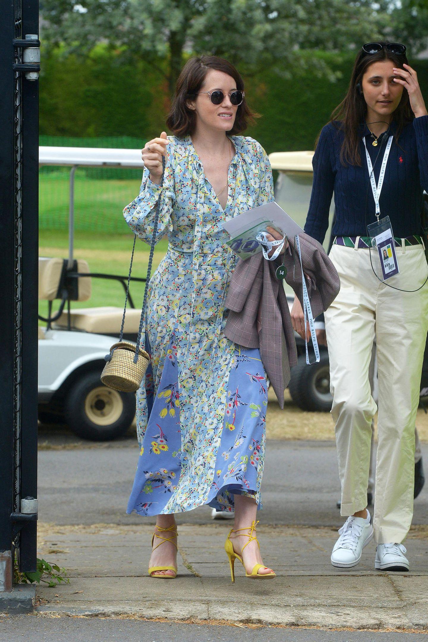 """Als Queen Elizabeth feiert sie in der Serie """"The Crown"""" große Erfolge. Auch Abseits des Filmsets kann sich Claire Foy sehen lassen und kommt in einem floralen Dress samt einer geflochtenen It-Bag zum Tennisfinale."""