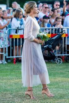 """Die stilbewusste Prinzessin Madeleine begeistert am Victoriatag mit einer nudefarbenen Kombination aus Mohairpullover und Tüllrock von Cathrine Hammel. Ihre Killerheels stammen vom Label Azzedine Alaïa und tragen folgerichtig den Namen """"Bombe"""" (ca. 880 Euro)."""