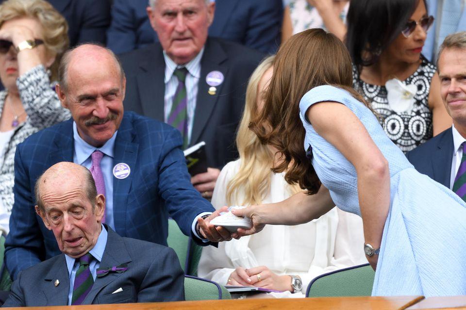 US-Tennisstar Stan Smith überreicht Herzogin Catherine in Wimbledon einen signierten Schuh für Prinz Louis.
