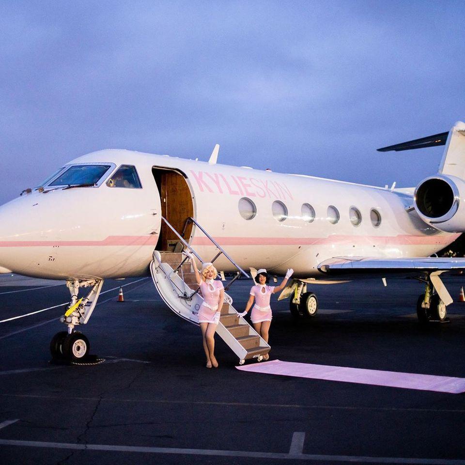 """Clevere Geschäftsfrau: Mit ihrem Label """"Kylie Skin"""" begibt sich Kylie Jenner mit geladenen Freunden im eigens gebrandeten Privatjet auf Reisen."""