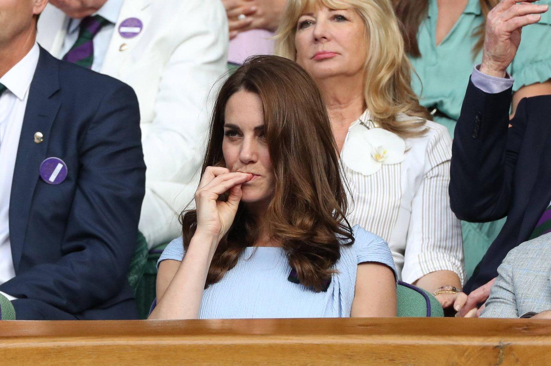 Bei so einem packenden Match vergisst sogar eine Herzogin mal die Etikette und kaut an ihren Fingernägeln.