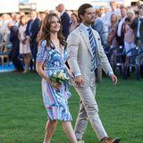 """Für den Victoriatag in Schweden haben sich auch Prinzessin Sofia und Prinz Carl Philip herausgeputzt. Das gemusterteKleid des schwedischen Labels """"By Malina"""" für rund 160 Euro steht derZweifach-Mama super: Taillengürtel, Volants und V-Ausschnitt betonen ihre Figur.Die zarten Rosa-, Blau- und Grüntöne versprühen frühlingshaften Charme."""