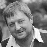 """16. Juli 2019: Maximilian Krückl (52 Jahre)  Der bayrische Schauspieler ist bereits vor gut vier Wochen durch einen plötzlichen Herztod gestorben. Wie die TZ berichtet, traumatisierte der Verlust seine Frau Jeannie und die beiden Töchter Magdalena und Mathilda so sehr, dass sie nicht in der Lage waren, darüber zu sprechen.  Maximilian Krücklspielte in TV-Serien wie """"Forsthaus Falkenau"""" oder """"Polizeiruf 110""""."""