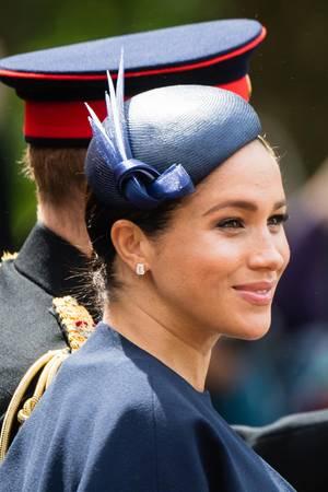 """Bei der Parade """"Trooping the Colour"""" trug Herzogin Meghan schon einmal die Diamantohrringe mit Weißgoldfassung."""