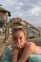 Wenige Wochen nach ihrer zweiten, luxuriösen Hochzeit genießen Sophie Turner und Joe Jonas ihre Flitterwochen auf den Malediven – traumhafte Urlaubsfotos inklusive. Und ein Bildist ein ganz besonderes, denn Sophie präsentiert darauf erstmals ihren funkelnden Ehering samt eines großen Diamanten in der Mitte. Das Schmuckstück ergänzt ihren Verlobungsring am Ringfinger natürlich perfekt!