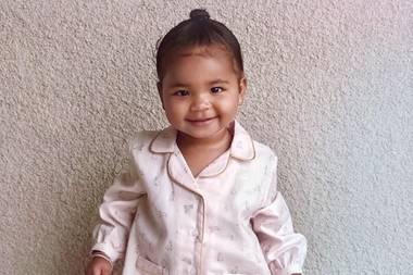 """""""Mein kleines Häschen"""", kommentiert Mama Khloé Kardashian den Schnappschuss ihrer Tochter True, den sie auf Instagram postet. Mit einem breiten Lächeln im Gesicht posiert die Einjährige fröhlich vor der Kamera und zeigt sich in einem niedlichen rosafarbenen Häschen-Pyjama – einfach zuckersüß!"""