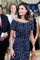 Ihre schmale Taille betont Königin Letizia mit einem schmalen Gürtel, der dem Kleid das gewisse Etwas verleiht.