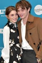 """Natalia Dyer + Charlie Heaton  Fans der Erfolgsserie """"Stranger Things"""" dürften sich besonders gefreut haben, als bekannt wird, dass es die intensiven Blicke, die das Schauspiel-Paar vor der Kamera austauscht, auch in der Realität gibt."""