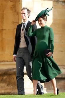 Dass Dunkelgrün den Middleton-Damen toll steht, bewies Pippa Middleton erst im Oktober 2018 bei der Hochzeit von Prinzessin Eugenie. Auch sie betonte in einem hochgeschlossenen Kleid mit ausgestelltem Rock ihre Silhouette - die große Babykugel.