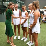 Herzogin Catherine besuchte2019 in einem dunkelgrünen Kleid das Damenfinale von Wimbledon. Die Herzogin trug das Dress von Dolce&Gabbana nicht zum ersten Mal. Der enge Schnitt mit leicht ausgestelltem Rock und Puffärmelchen setzt ihre schmale Silhouette perfekt in Szene.