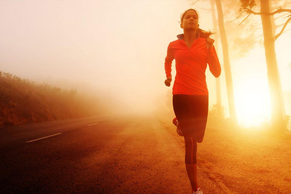 Abnehmen: Frau joggt im Morgengrauen
