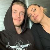 """22. März 2019  """"Besser zu zweit"""", postet Fußballer Loris Karius zu seinem Selfie mit Freundin Sophia Thomalla."""